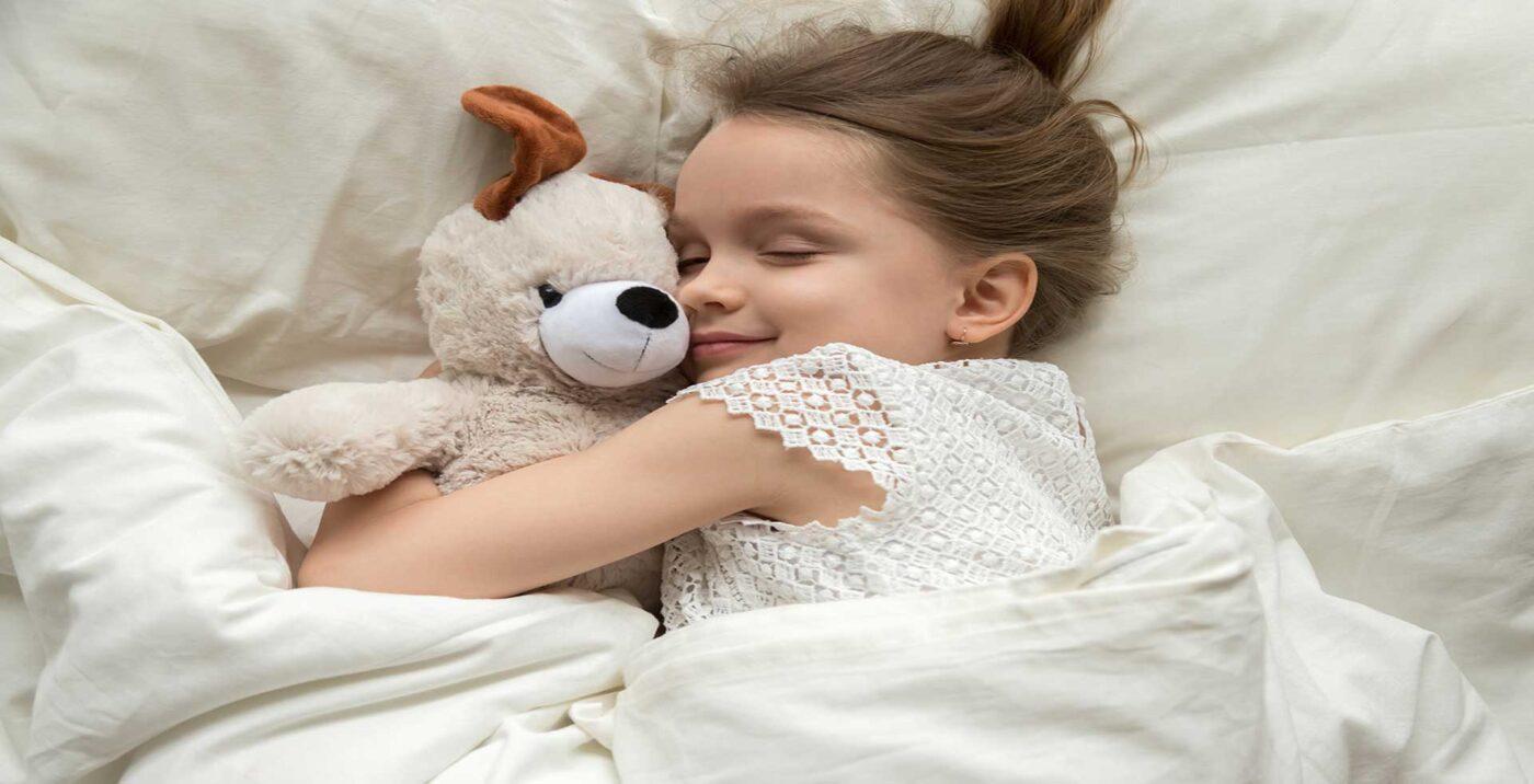 Banner kleines Mädchen im Bett am schlafen